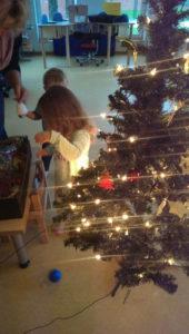 Wir haben mit den Kindern zusammen unsere Kinderkrippe weihnachtlich dekoriert.